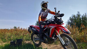 motocyklista, czerwony enduro